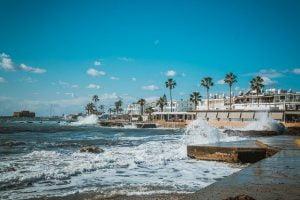 """טיילת פאפוס. מימין הבתים על הטיילת נחשבים נכסי נדל""""ן בקפריסין קשים להשגה"""