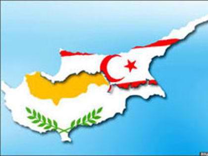 מפת קפריסין כשהדגל התורכי מכסה את צפון קפריסין הנקראית בטעות קפריסין התורכית